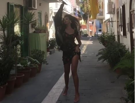Madalina Ghenea, what a show along the streets of Ischia! – The Odd Daily
