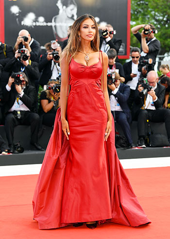 Venice 75, Madalina Ghenea on the red carpet of the Mostra del Cinema shows off explosive looks: photos