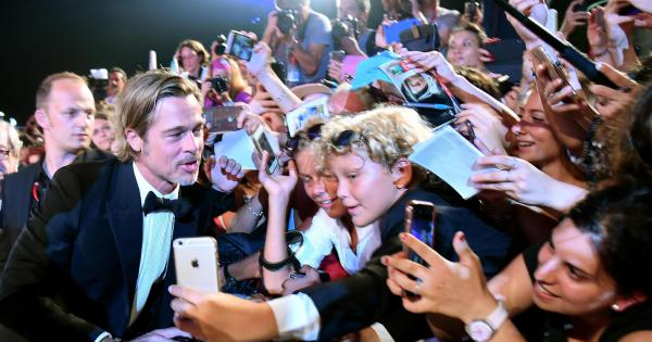 Delirium for Brad Pitt on the red carpet in Venice – Photo 1 of 9
