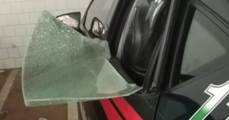 Lecce, disassembles antenna from the car and attacks the carabinieri, 22 years old reported